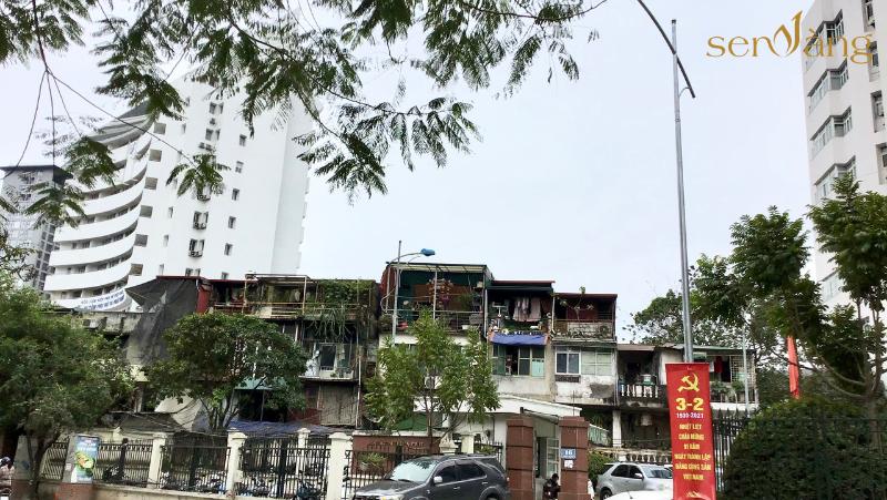 Mặt trước (phía Nam) khu nhà tập thể nhìn ra phố Thụy Khuê, nằm giữa tòa nhà Trung tâm Phụ nữ & Phát triển và Trung tâm Khuyến nông Quốc gia.